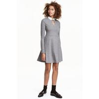 H&M Sukienka z dzianiny w prążki 0426444004 Szary
